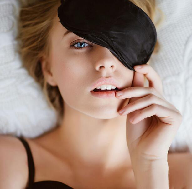 #4. 眼部伸展運動 眼鏡疲勞時,閉上眼鏡,眼珠上下左右活動幾下。
