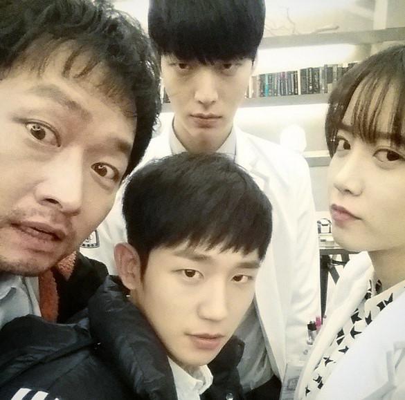 他就是在KBS電視劇《Blood》中飾演男主角朴志尚(安宰賢飾)摯友朱賢宇一角的新人演員丁海寅。