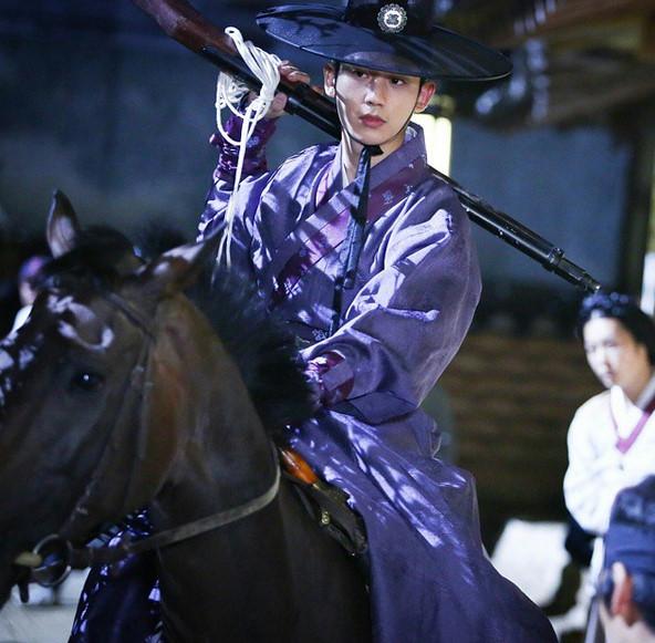 歐巴,倫家想報在你後面騎馬欸~