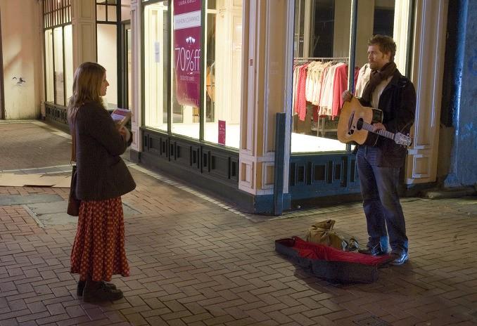 這是電影的第一個場景,男女主人公因為音樂相識了~還記得那時男主人公唱的歌嗎?