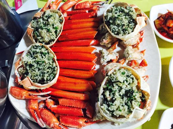 先把肉扒出來吃了,之後用只剩下內臟的螃蟹殼拌飯吃,那滋味簡直了(¯﹃¯)...(別忘了加一點海苔末)