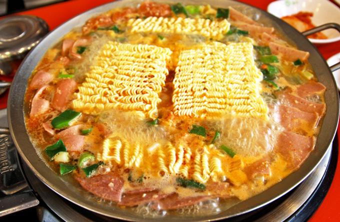 雖然拉麵也很好吃,但是...一定要加辣辣的辣火腿和香腸 (不加不吃的哦~哼)