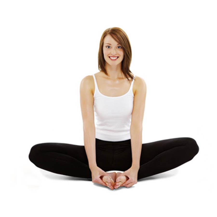 先做一組蝴蝶式(Baddha Konasana)動作來放鬆我們僵硬的盆骨 1 腳心相對,身體直立; 2 十指交叉置於腳趾前方,身體儘可能的向上; 3 然後將雙手手掌放置雙側膝蓋上方,隨著呼吸壓動雙側膝蓋; 4 吸氣,將雙側膝蓋內收,抱住小腿前側放鬆背部
