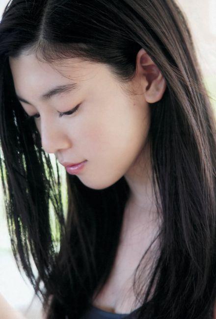 今年才19歲的她,還脫不了稚嫩感