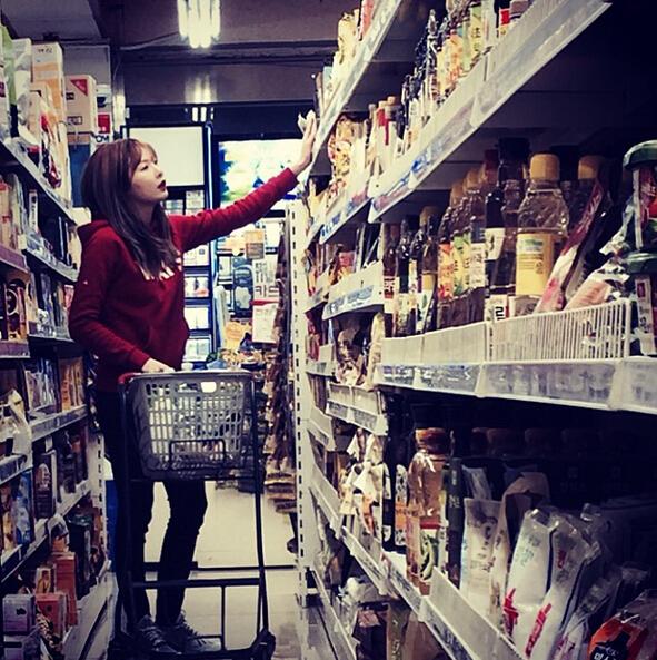 逛超市的時候,就不要用推車了,盡量用籃子提吧!還能防止你過度消費~~(提不動就別買太多XD)
