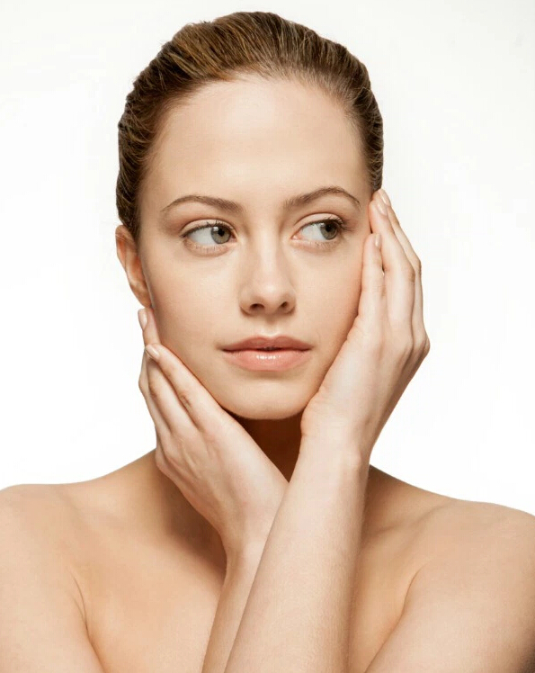 #5. 雙倍功效的護膚品 凡士林參在你的眼霜或面霜裡,會有雙倍功效,因為凡士林具有防止水分蒸發的功能。但是不適用於一些功效大的產品當中,這樣可能會刺激你的肌膚。