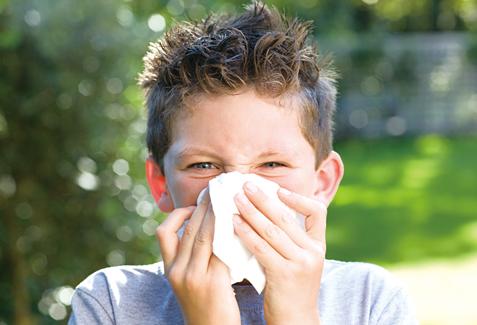 感冒流鼻涕的時候,一整天都在擦鼻子,鼻子周圍的皮膚就會變很乾,甚至擦破皮。在周圍擦上凡士林有很好的鎮靜和滋潤作用。