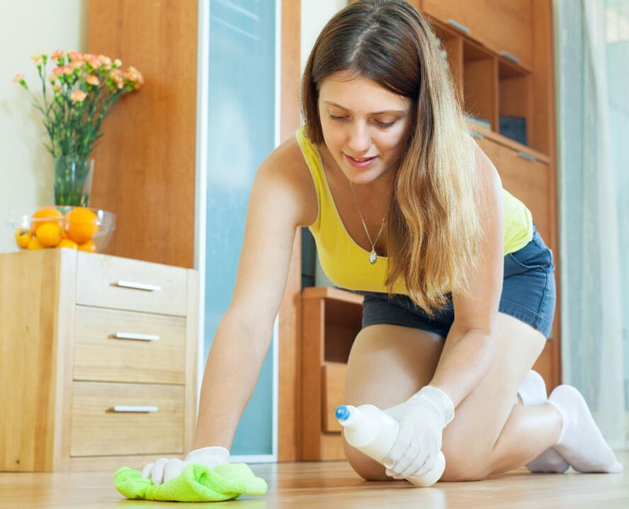 家裡有小孩喜歡在地板上塗鴉的話,一定要學會這個小秘訣。在乾抹布上抹點凡士林就能輕鬆擦乾淨塗鴉的地方。