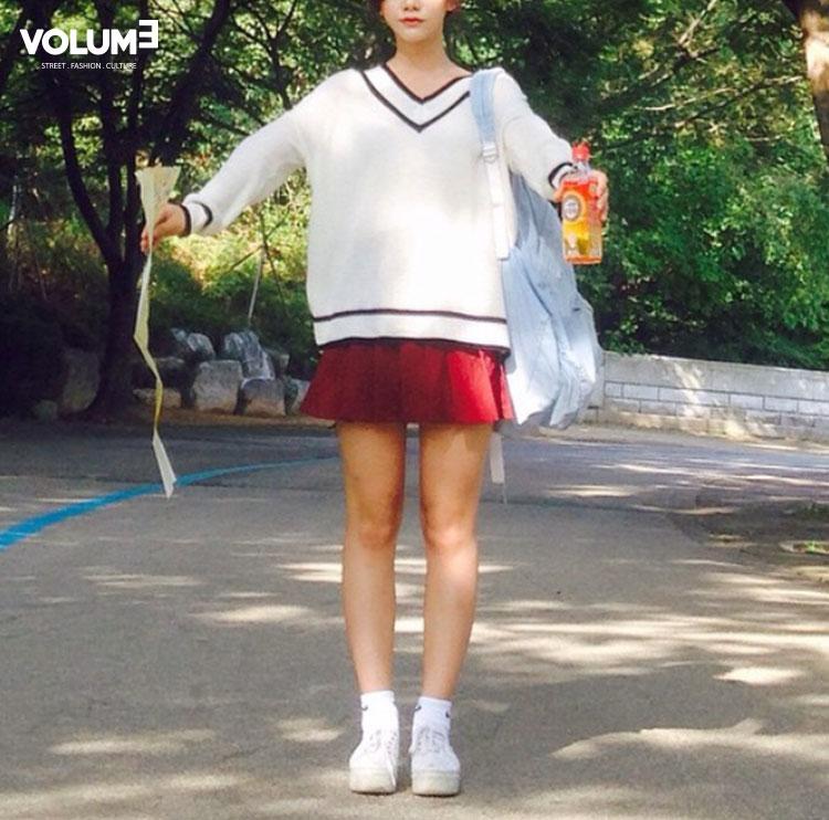 今年夏天韓國大熱的網球裙,到了秋天依舊人氣不減,只要把短袖衫換成毛衣就好啦~下面配一雙跟毛衣同色系的運動鞋,記得穿一雙高筒襪子!比起藏進鞋子裡的短襪子,現在流行露出來~~~~~