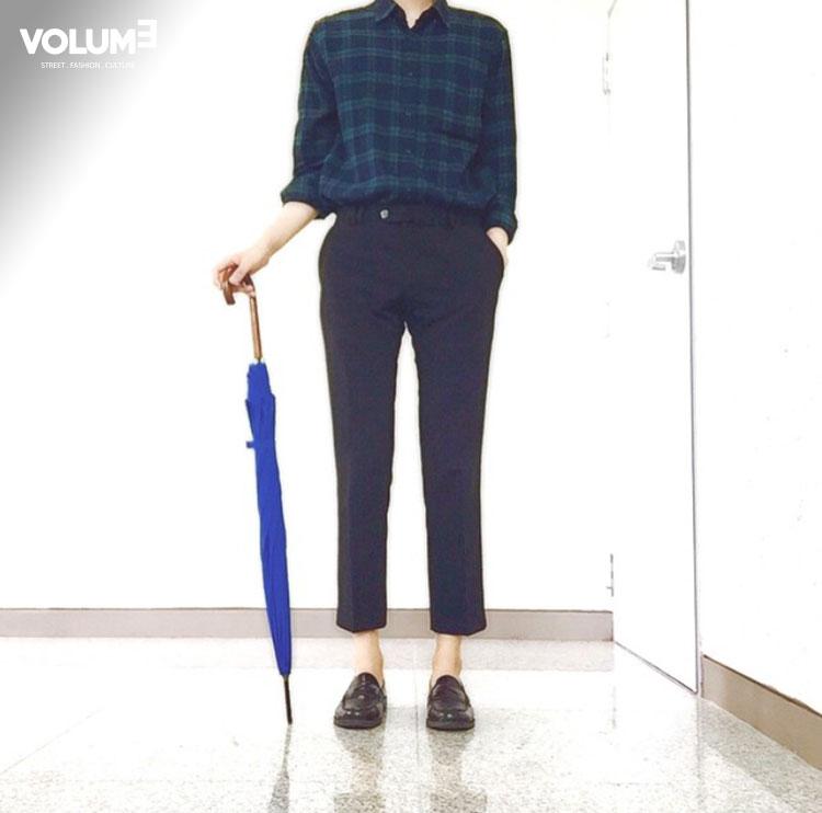 如果你想帥氣一點,那這身裝扮最適合不過了!格子襯衫是每個人衣櫃裡都會有的一件秋季單品吧!再搭配上一條今年韓國夏天就很流行的九分休閒西褲,亮皮平底鞋也是加分點~~~這更是一種男女通用的秋季Look
