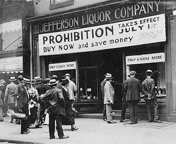 1919年,由於美國憲法第十八修正案,美國成為禁酒的國家,於1920年開始實行,理由就是酒是犯罪的根源。
