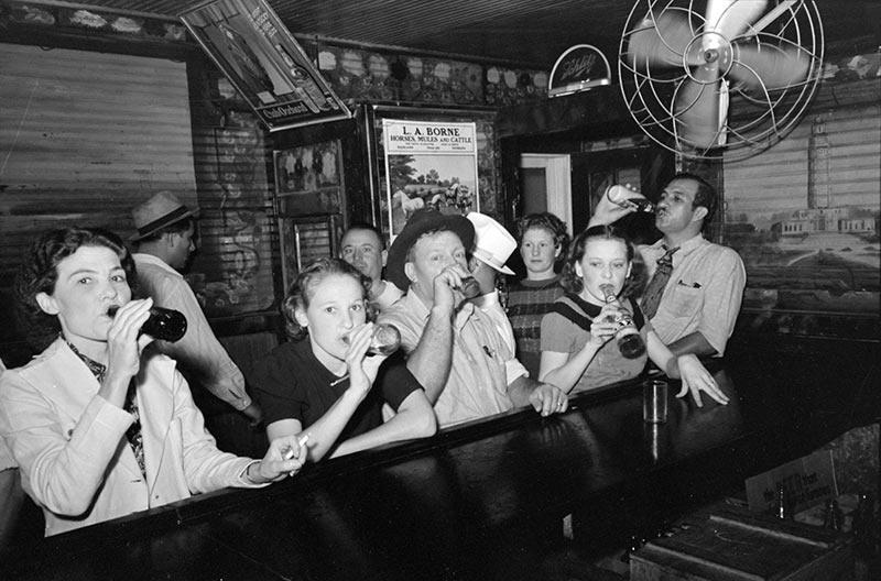 禁酒令實行後,卻沒能如預期一樣,實現美國人道德情操的凈化。市場上沒有合法的酒類出售,秘密酒館反而取代了合法酒館,酒的走私活動由於獲益甚豐,日漸猖獗。