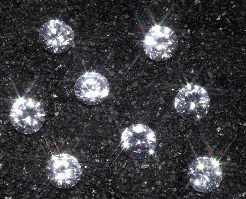 1870年,在南非的戴比爾斯兄弟農場附近,發現了大型鑽礦,成噸的鑽石被開採出來,突然間市場上鑽石供應爆滿,鑽石價格開始應聲跌落。於是這家佔據了全球鑽石產量90%以上的戴比爾斯公司,遣散了數千名工人,大規模消減了鑽石的產量。