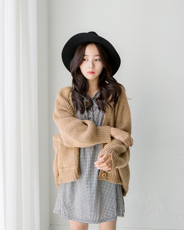 或者是夏天的連身洋裝外面套上一件寬鬆的開襟毛衣也很不錯哦~搭上一定小禮帽就更完美了