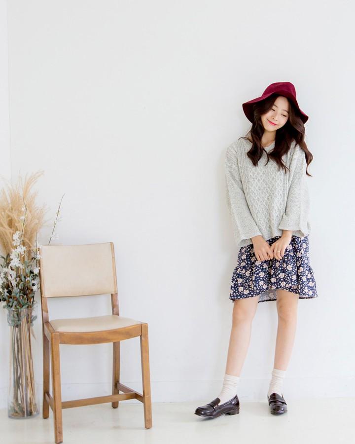 寬鬆毛衣套連身裙,這種混搭最常見不過了,重點是下面鞋子的搭配,亮皮平底皮鞋韓國今年一直很流行,以黑色和酒紅色兩種顏色最為流行,而且適用於春夏秋三季,搭褲子的時候,皮鞋裡面就不要穿襪子了,但如果搭裙子和短褲就一定要穿一雙長筒棉襪。