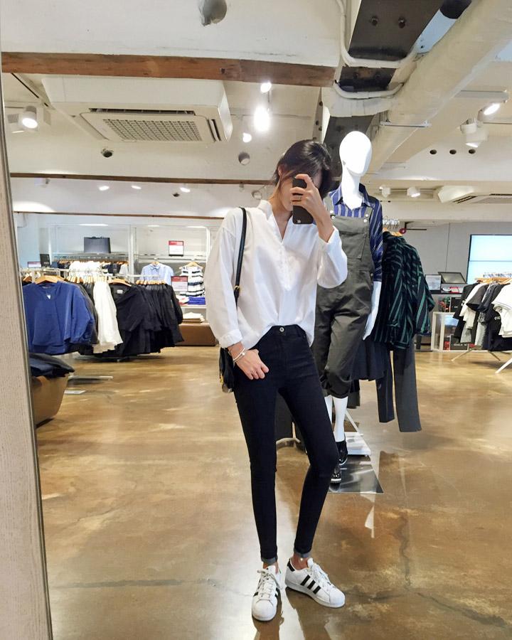 除了之前小編跟大家介紹過的Vans黑色帆布鞋,阿迪的這雙super star也是韓國年輕男女「人腳一雙 」的單品,而且絕對一年四季適用。