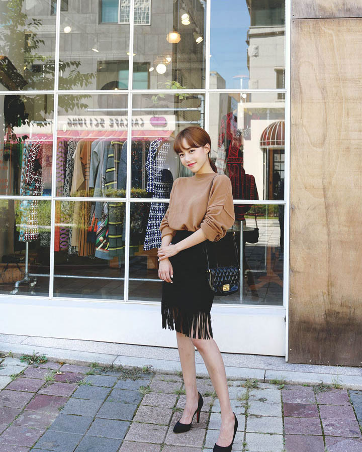 韓國職場女性的OL裝絕對不會只有黑白兩色的死板套裝,復古的高腰流蘇裙子除了顯腿長之外,更讓你的時尚感爆棚。