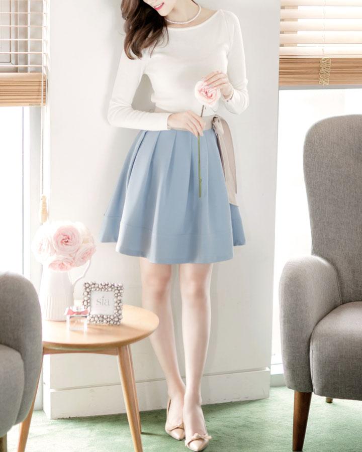 白配淡藍真的是最和諧的顏色,白色珍珠項鏈和裸色蝴蝶結鞋子也上下呼應。