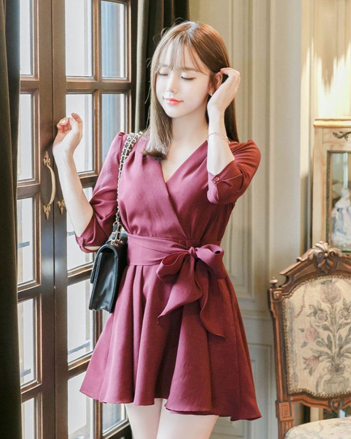 韓國的職場女性絕對不會讓死板的職場生活淹沒掉自己愛美的機會,所以偶爾其實可以嘗試一些亮色的衣服來活躍一下心情和辦公室氣氛。