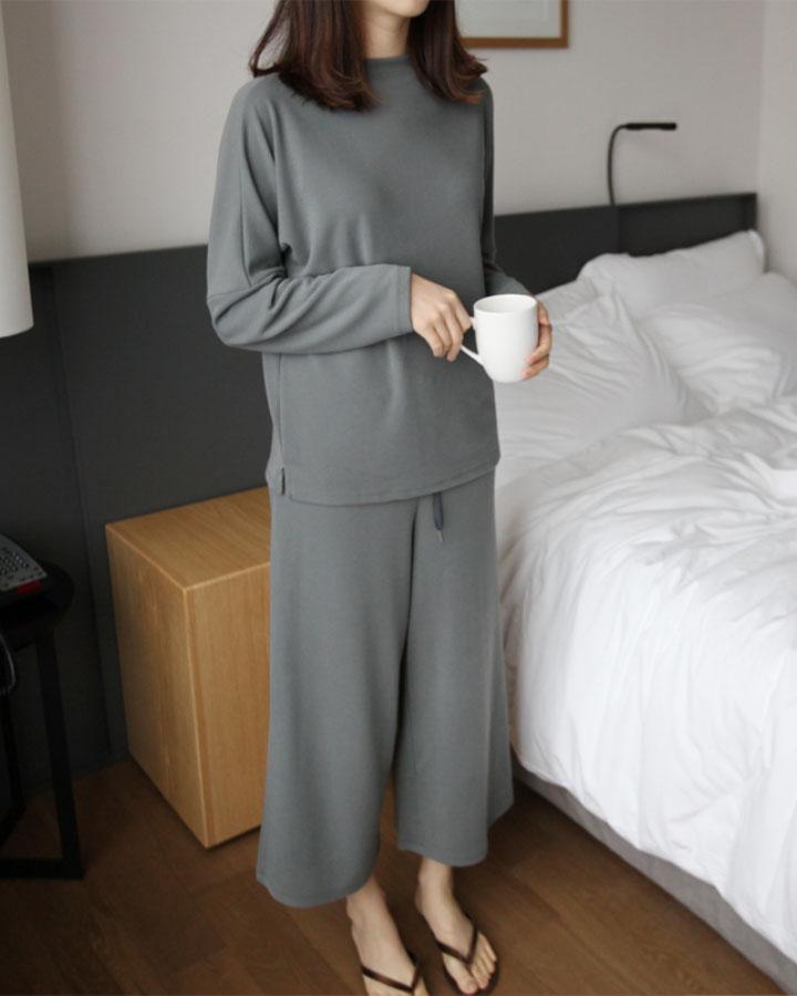 連居家服都沒有很隨便,舒適的同時也不忘造型感。