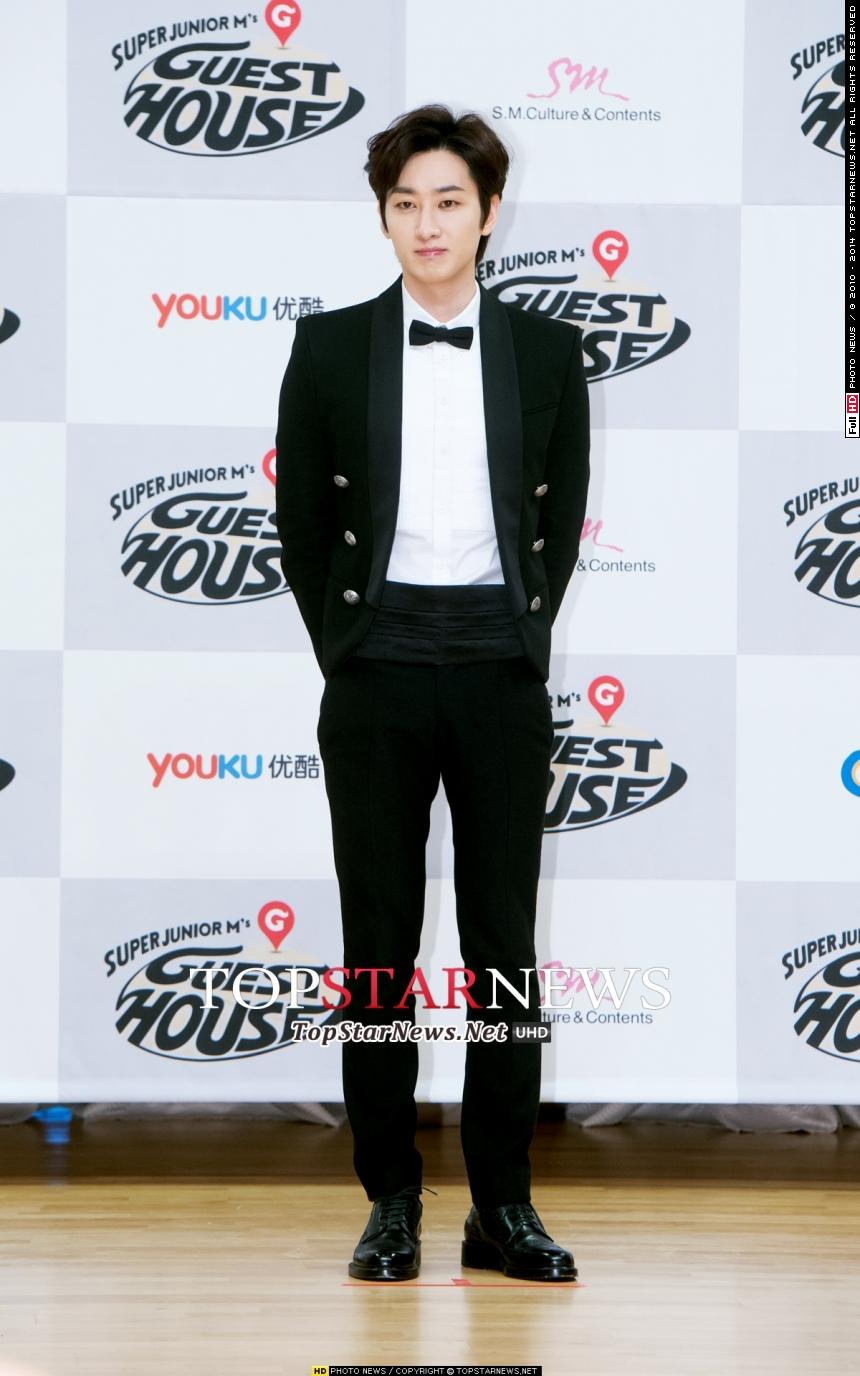 Super Junior 銀赫 雖然銀赫在螢幕上老是開心果的形象,但他的童年也十分辛苦,因為家庭財務問題,甚至住過沒有衛浴設備的房子,他必須要走大老遠到地鐵站才可以上廁所