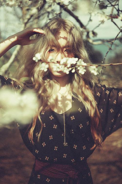 比起露出太妍的美麗臉龐,更注重營造秋的詩意