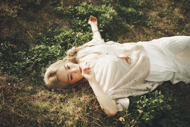 比起少女時代打歌服露纖腰或美腿,強調視覺的衝擊美感,太妍自己solo的裝扮就非常舒適,跟她暖暖的嗓音一樣舒服