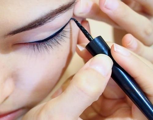 1.拉眼角  眼尾無法收得漂亮,有很大的原因在於眼尾的皮膚皺摺比較多,因此在畫眼尾時會有筆尖「被眼皮卡住」的狀況,導致無法一筆畫出流暢的線條。(就像騎在地面不平坦的路上時,還要騎出完美直線的感覺)  這時只要用手指將眼角的皮膚輕輕地往上拉,讓這部分的皮膚變得平坦,就不會有被卡住的狀況囉!