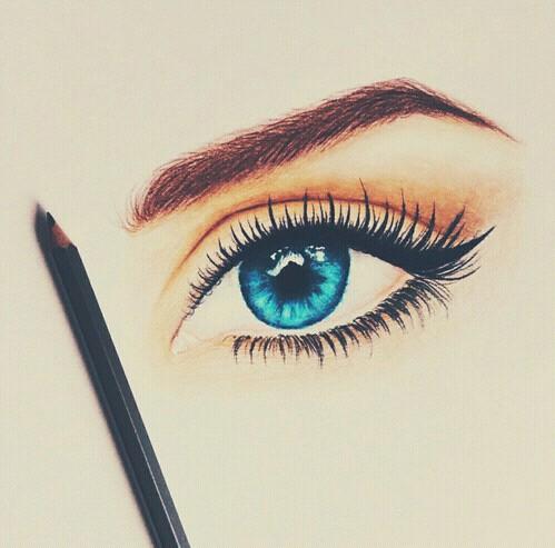 2.筆尖一定要削尖  鈍鈍的筆尖,絕對無法畫出尖尖的眼尾。想擁有漂亮的眼尾,請務必將筆尖削成尖尖的狀態後再畫。(雖然一直削眼線筆,會讓人有錢快速飛走的感覺)  而市面上也有推出筆芯是扁平狀的眼線筆,這類型的眼線筆也有助將眼尾線條收得漂亮喔!  看到這,一定有人會說「那就用眼線液筆就好啦!」但就是有人一直無法駕馭眼線液筆啊~如果妞妞們也是這類手比較不巧的人,那削筆器絕對是你的好朋友。