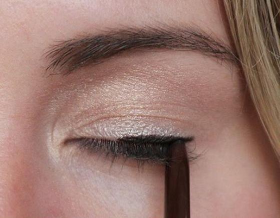 3.逆向畫  妞編輯觀察到,不少專業彩妝師使用「眼線筆」畫眼尾時,會採取由外往眼頭方向畫的「逆向畫法」。妞妞們不妨試試這個畫法,也許會更順手喔!當然,維持筆尖的尖尖狀態,也是一定要的。