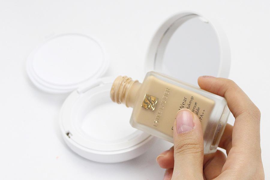 接下來就是倒入粉底液啦! 今天選用的是符合秋天有保濕功效的粉底液 當然 如果想調製一瓶專屬於自己的粉底液 用多種粉底混合也是可以的喔!