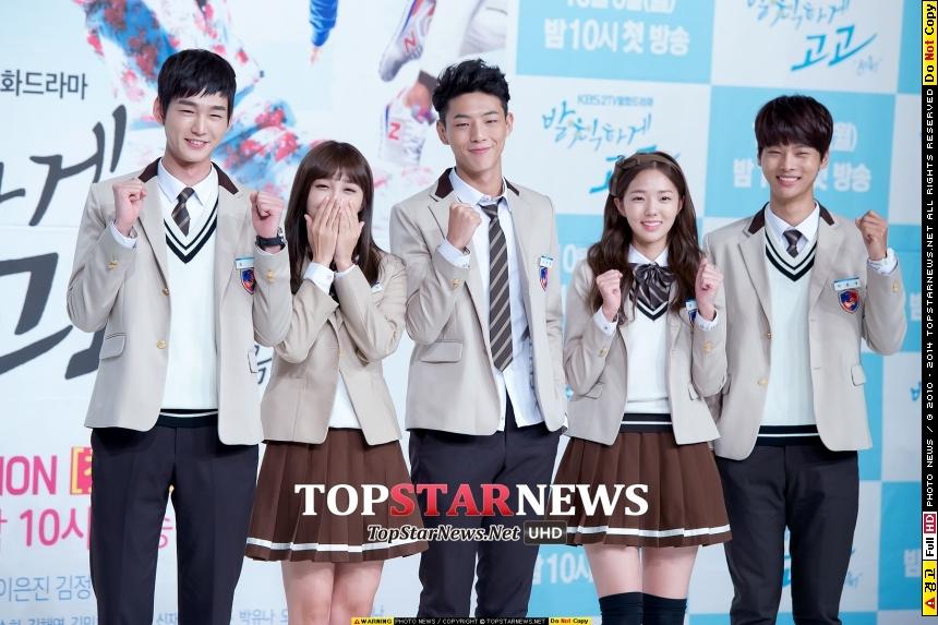 而最新也將演出新劇《無理的前進》,搭配男演員Jisoo(中)、VIXX的車學沇(右一)、演員李源根(左一)、演員蔡秀彬(右二),欸~不就是今天在韓國首播嗎