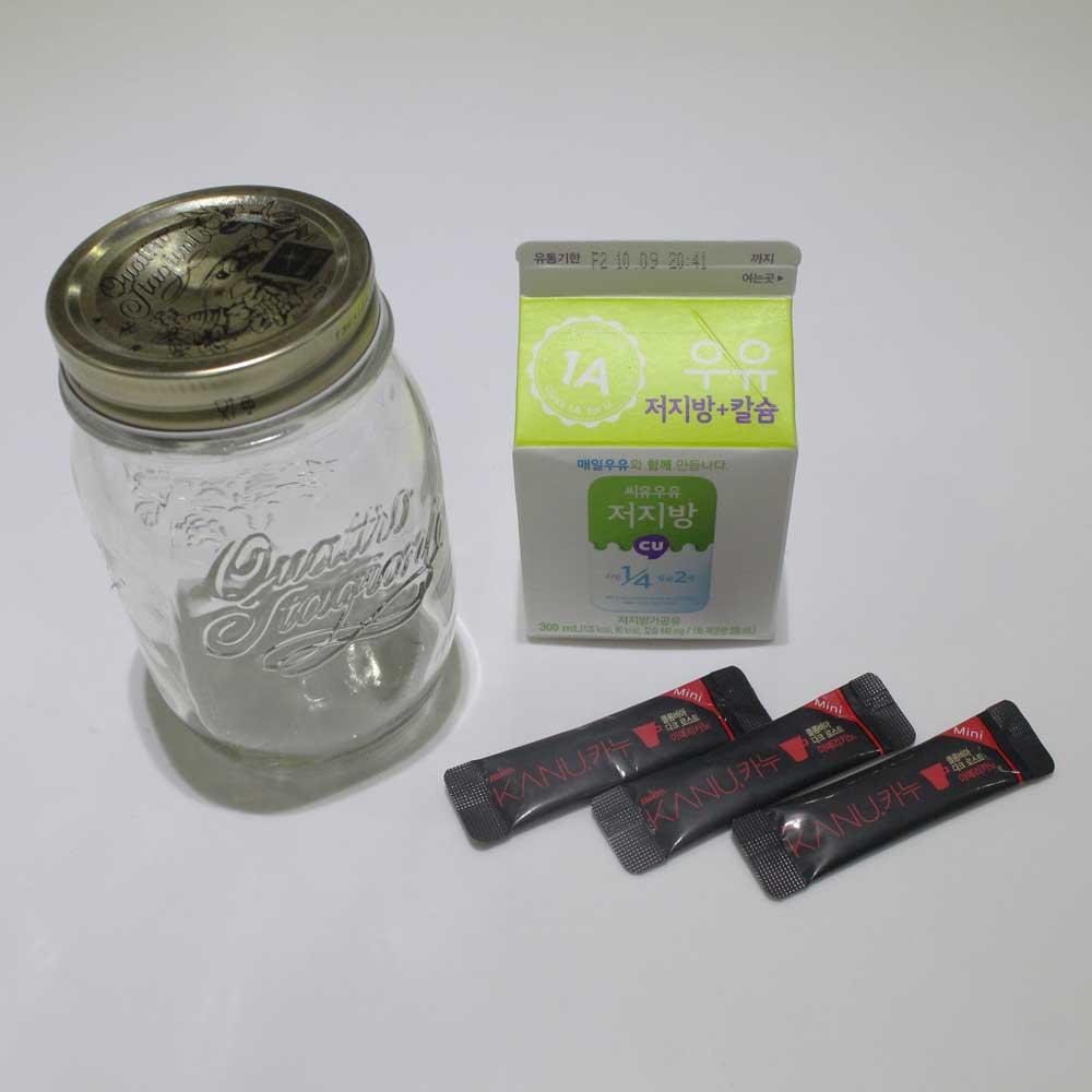 要準備的東西很簡單,義式濃縮咖啡粉和適量的牛奶 牛奶的量可以隨自身喜好調整 以及蓋子是可以放入微波爐中有蓋子的瓶子