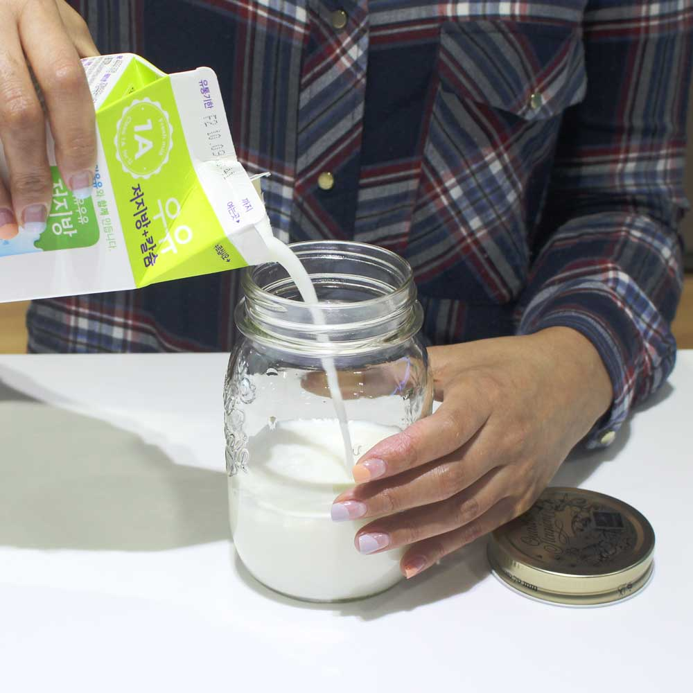 首先將隨自己的喜好將牛奶倒入瓶中 但別忘了預留讓牛奶「長大」約佔瓶身一半的空間喔!