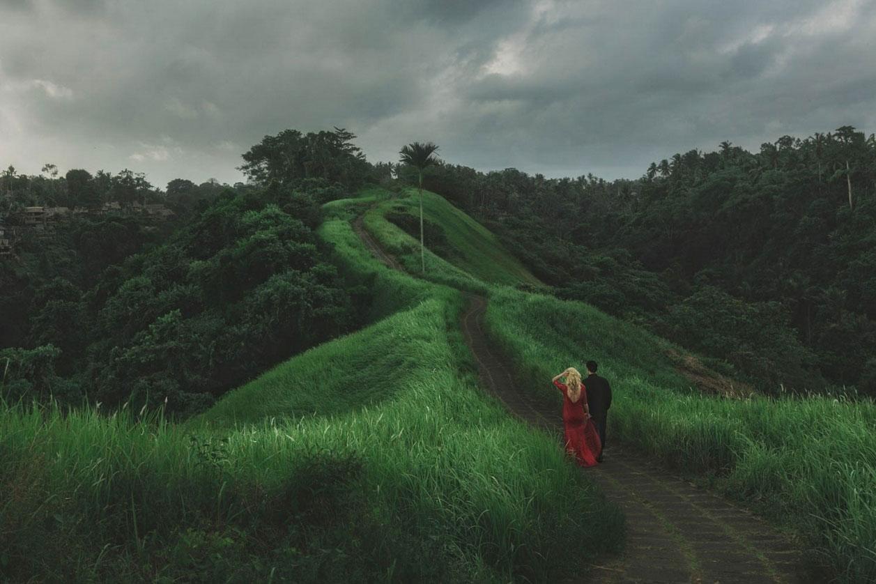 17. 烏布·印尼 by Jonas Peterson  走在鄉間的小路上,手牽著手,風很溫柔。