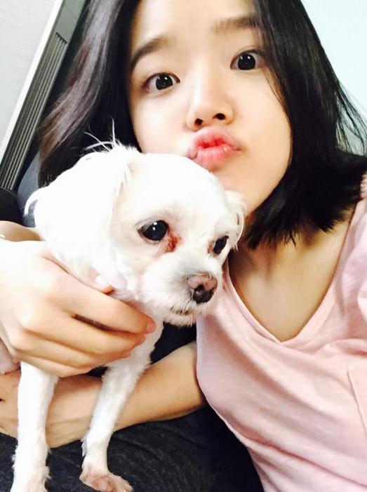 如果你還不知道她是誰,那抱著狗狗的照片,會不會稍稍能喚起你的記憶?