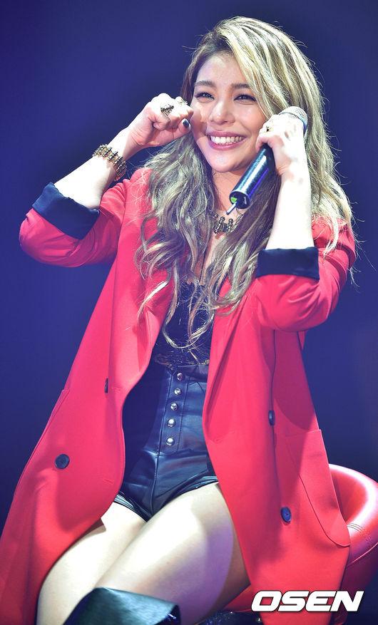 Ailee也在舞台上說到,對長久以來期待的粉絲感到很抱歉!雖然笑著道歉,但是看起來也是百感交集捏~