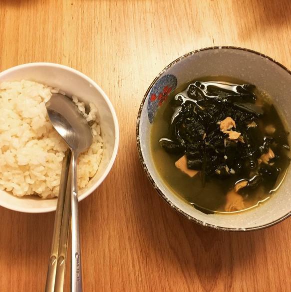 連在韓國生日不可或缺的海帶湯 也是由小廚娘宣美一手包辦