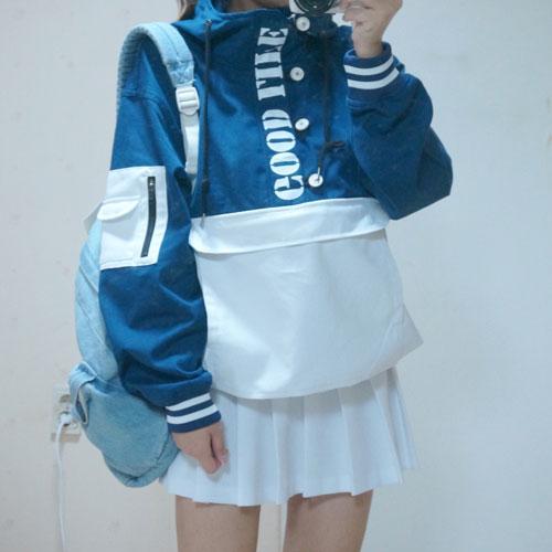 同時防水衣還可以穿出可愛的學院風,下面搭上一條今年韓國流行的網球裙,背上雙肩背包,紮起馬尾,絕對是最減齡的搭配!
