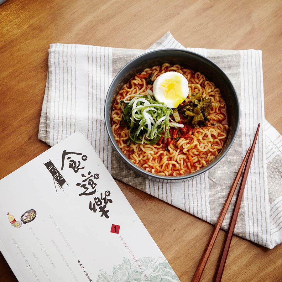 今天小編要教大家的是韓國國民美食漫畫《每天每天食道樂》裡,女主人公經常做的一款拉麵的做法!