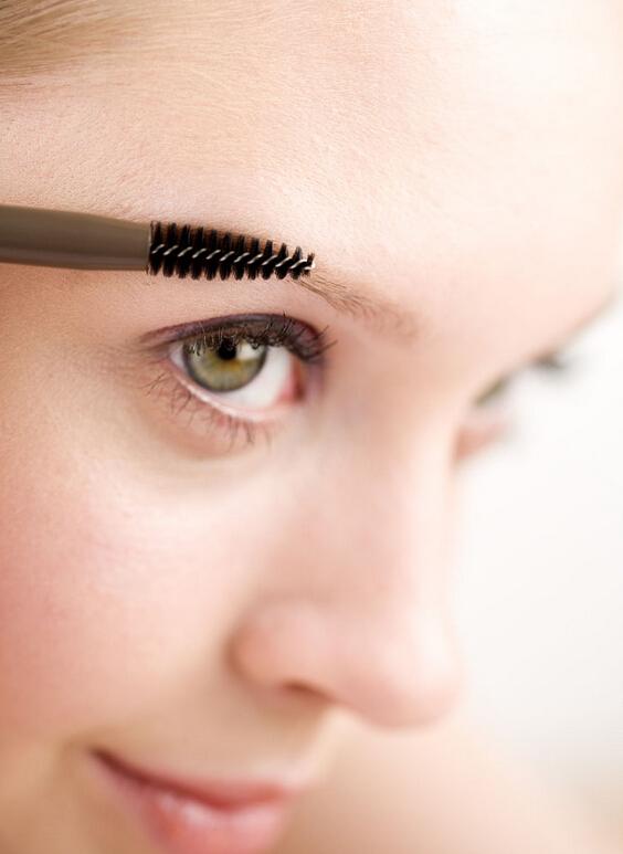 對著鏡子用小眉刷輕刷雙眉,以除去粉塵及皮屑,同時大體掃出自己想要的眉型。