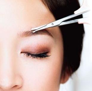 掃出大體的眉型後,用剪刀把過長、垂直向下生長的眉毛修剪到合適的長度,眉梢留的稍短,越靠近眉頭越要留的長一些。