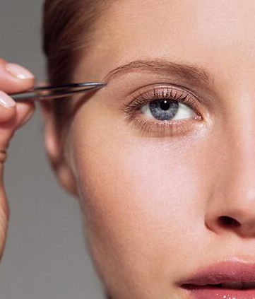 如果用剪刀修剪後還有過長的幾根眉毛的話,就需要用鑷子拔了,用熱水洗一下臉並吸乾水分。這樣會打開毛孔,讓眉毛更容易被拔出。同時要按照眉毛生長的方向來拔出眉毛,這樣會幫助你拔得更徹底。