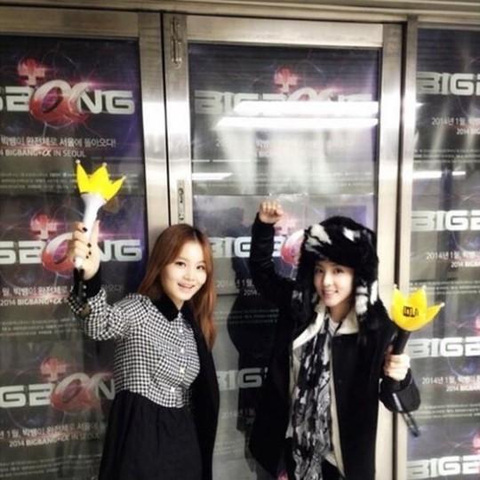 當然YG家的藝人自己也是BIGBANG小粉絲,2NE1的Dara就在推特放上跟YG另外一位藝人Lee HI的演唱會認證照! 不少藝人也是自掏腰包買BIGBANG演唱會門票,看來都是鐵粉啊!!!(VIP雙手擁抱)
