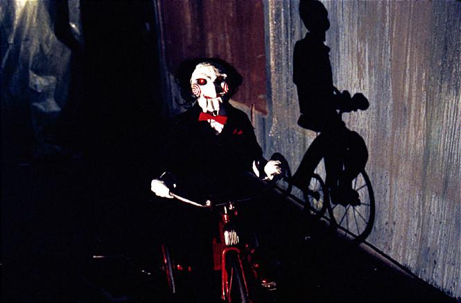 #9 <奪魂鋸>(2005) : 竪鋸(托賓·貝爾) 一個手無縛雞之力,並且身患絕症的中老年人,因為自己不順利的婚姻生活和絕症,這個老爺子在自殺失敗後決定自封為上帝,去挑選一些整天碌碌無為的人來作為試煉的目標,如果通過試煉,就能繼續活下去。