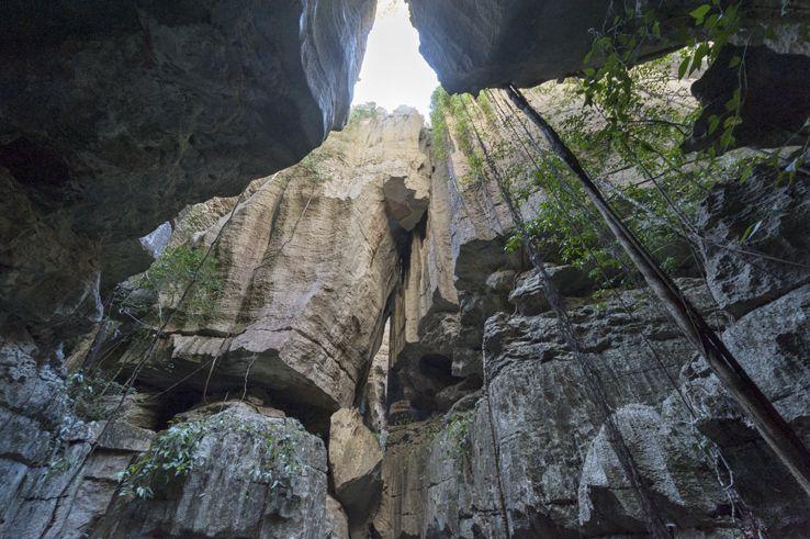登嘞~一組垂直向天際的岩石赫然矗立在眼前....