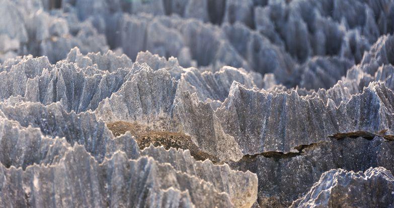 這高聳20~30米的岩石山脈是由經數億年風雨的侵蝕形成的「石灰岩」組成,鋒利如刀刃...
