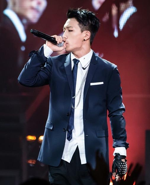 那更不用說iKON的Bobby啊~他可是《Show me the money 3》的冠軍捏!!