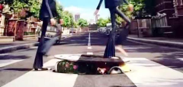 沒錯!就是這個小小兵從人孔蓋探出頭來的場面 讓小小兵成功亂入了披頭四專輯 《Abbey Road》的封面