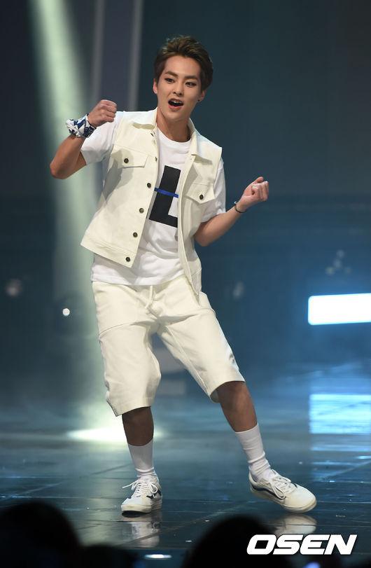 他比EXO的XIUMIN竟然小了將近8歲!!勝寛是1998年生的....哇嗚